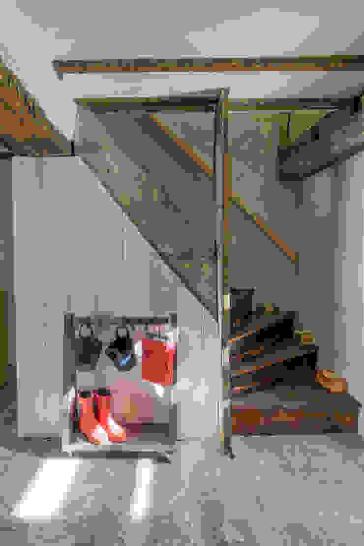 Miner's Cottage II design storey Pasillos, vestíbulos y escaleras de estilo rústico