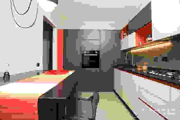 Cucina moderna con pavimento e parete in resina cementizia spatolata colori grigio, rosso, arancio, beige Cucina moderna di Rachele Biancalani Studio Moderno