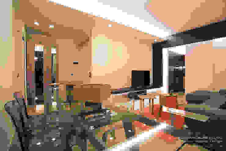 Living con pavimento in resina spatolata, grigio e tavolo in cristallo Soggiorno moderno di Rachele Biancalani Studio Moderno