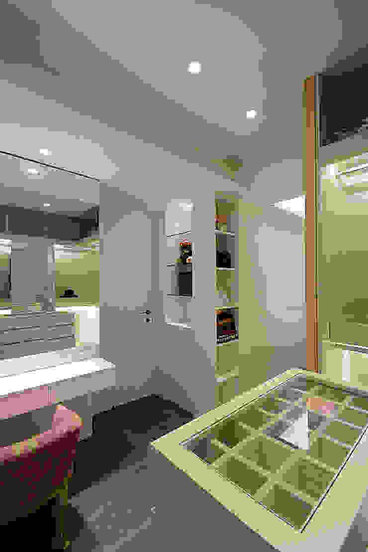 Ruang Ganti Modern Oleh 瓦悅設計有限公司 Modern