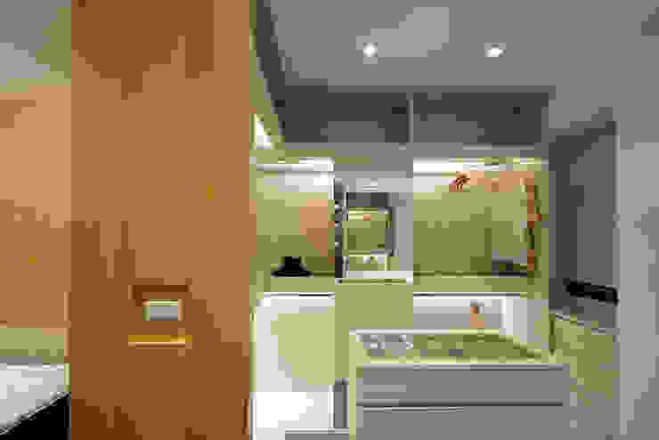"""溫馨復古愛""""現""""風 Modern dressing room by 瓦悅設計有限公司 Modern"""