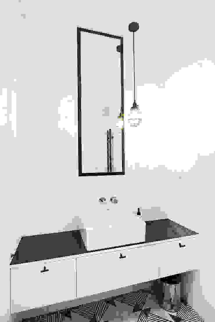 PATIO HOUSE Skandynawska łazienka od Pracownia projektowa Na Antresoli Skandynawski