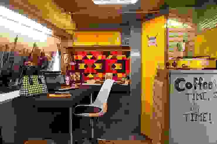 Espaço Interno do Escritório Móvel Bianca Ferreira Arquitetura e Interiores Espaços comerciais modernos Alumínio/Zinco Multi colorido
