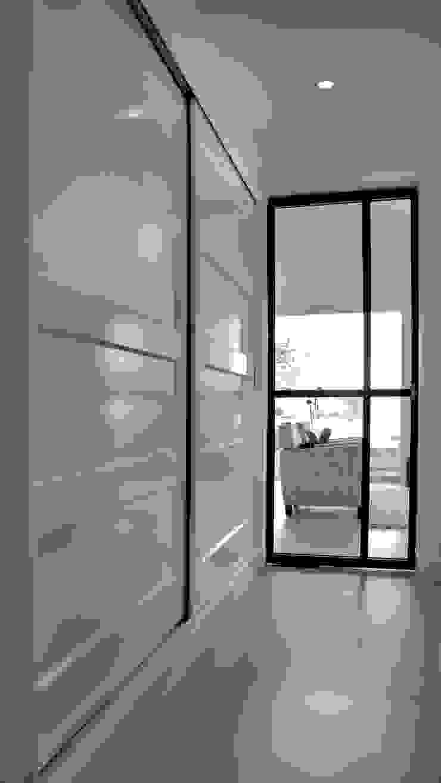 Modern corridor, hallway & stairs by Joep Schut, interieurmaker Modern MDF