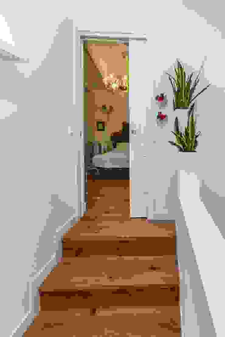 Couloir, entrée, escaliers minimalistes par casa&stile interior design e ristrutturazioni Minimaliste Bois Effet bois