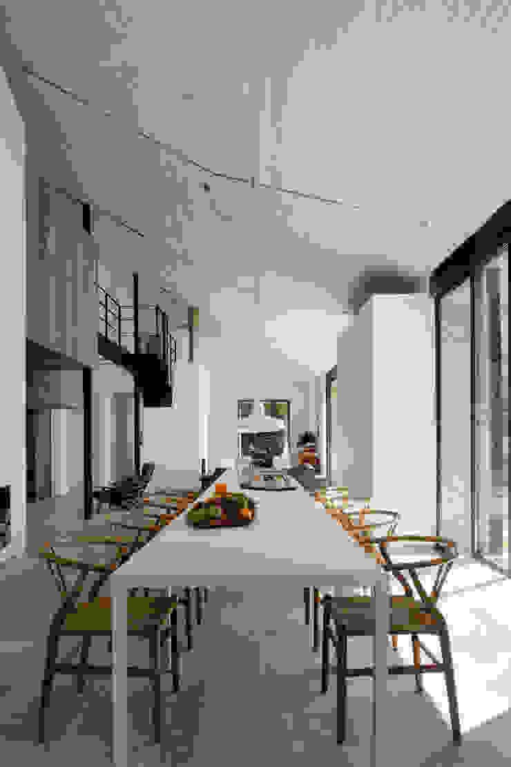 Modern dining room by ÁBATON Arquitectura Modern