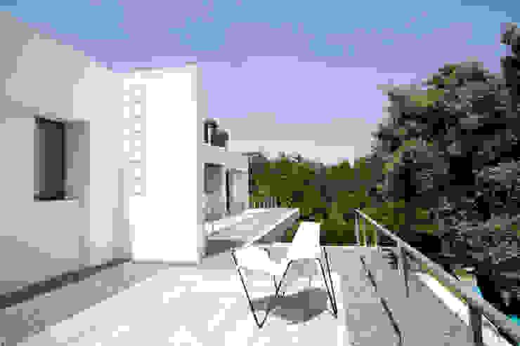 Балкон и терраса в стиле модерн от ÁBATON Arquitectura Модерн