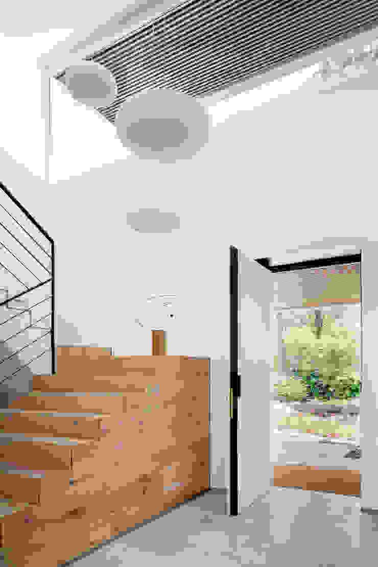 Коридор, прихожая и лестница в модерн стиле от ÁBATON Arquitectura Модерн