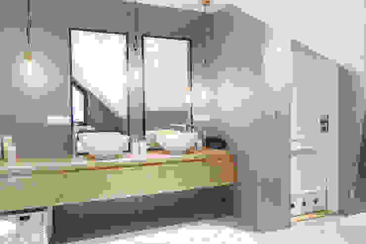 Phòng tắm phong cách Bắc Âu bởi MOTHI.form Bắc Âu Bê tông