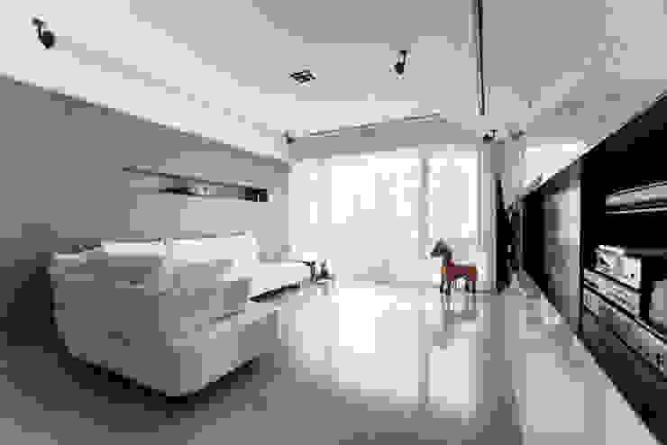 Livings de estilo moderno de 直譯空間設計有限公司 Moderno