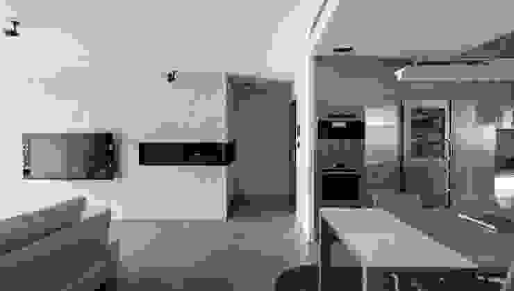 Paredes y pisos de estilo moderno de 直譯空間設計有限公司 Moderno