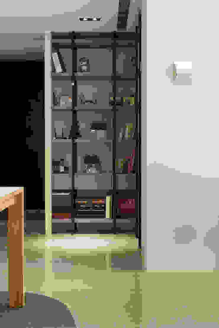 Oficinas y bibliotecas de estilo moderno de 直譯空間設計有限公司 Moderno