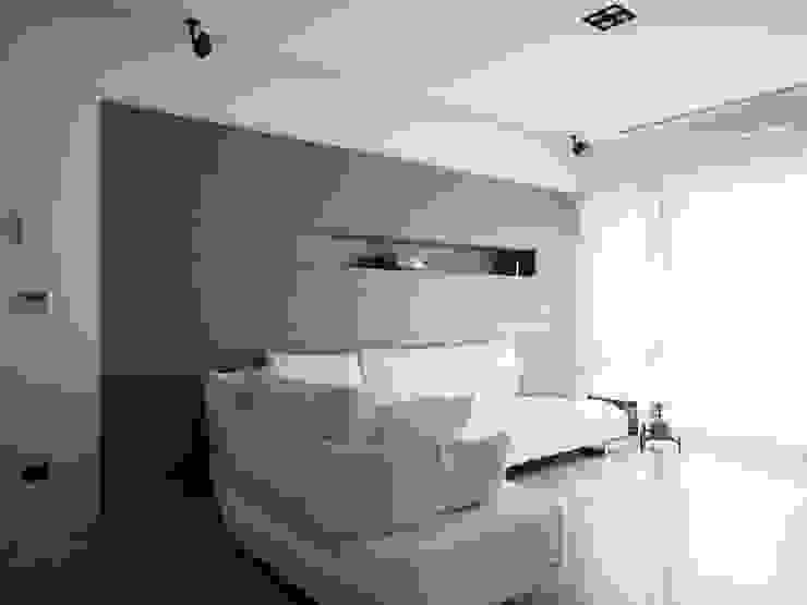 Paredes y pisos modernos de 直譯空間設計有限公司 Moderno