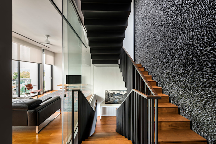 Courtyard House Modern corridor, hallway & stairs by ming architects Modern