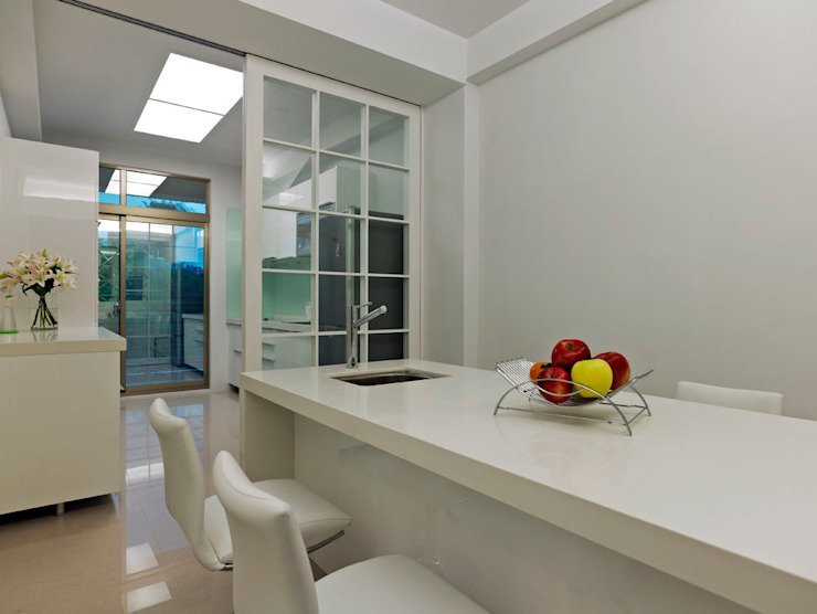 純白潔淨舒爽多功能餐廚區 根據 瓦悅設計有限公司 現代風