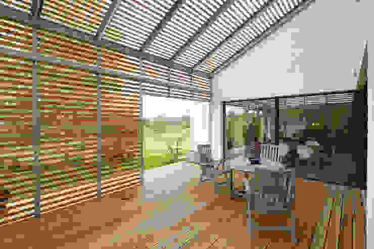 EFH L-S. brack architekten Moderner Balkon, Veranda & Terrasse Holz