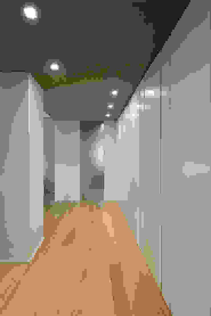現代風玄關、走廊與階梯 根據 Archifacturing 現代風