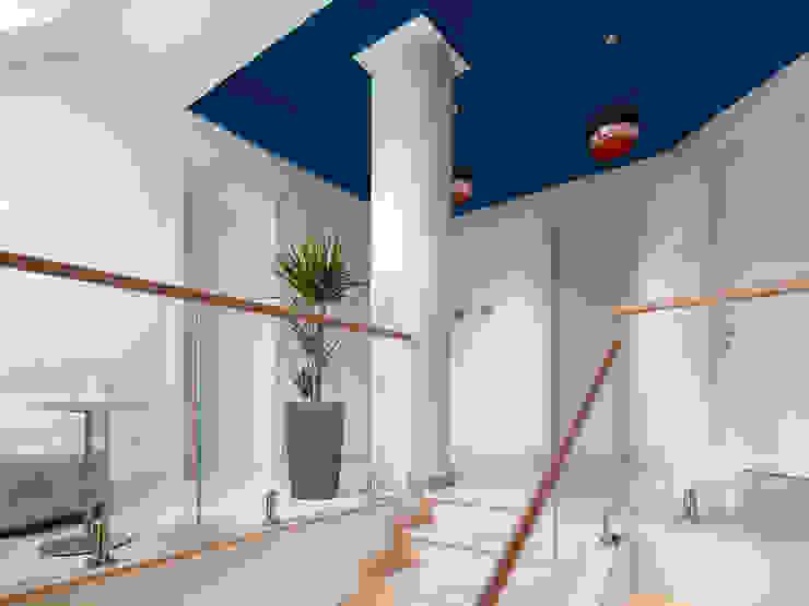 Pasillos, vestíbulos y escaleras de estilo moderno de Telnova Julia Moderno Vidrio