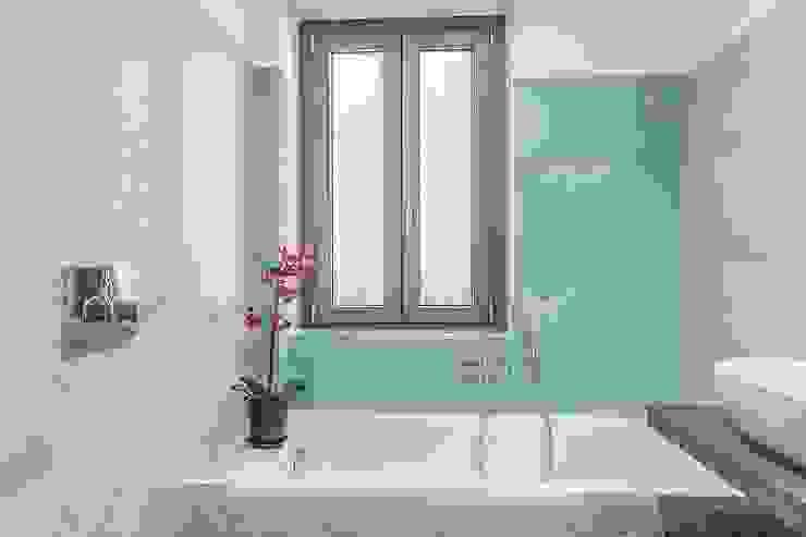 Modern Bathroom by Facile Ristrutturare Modern