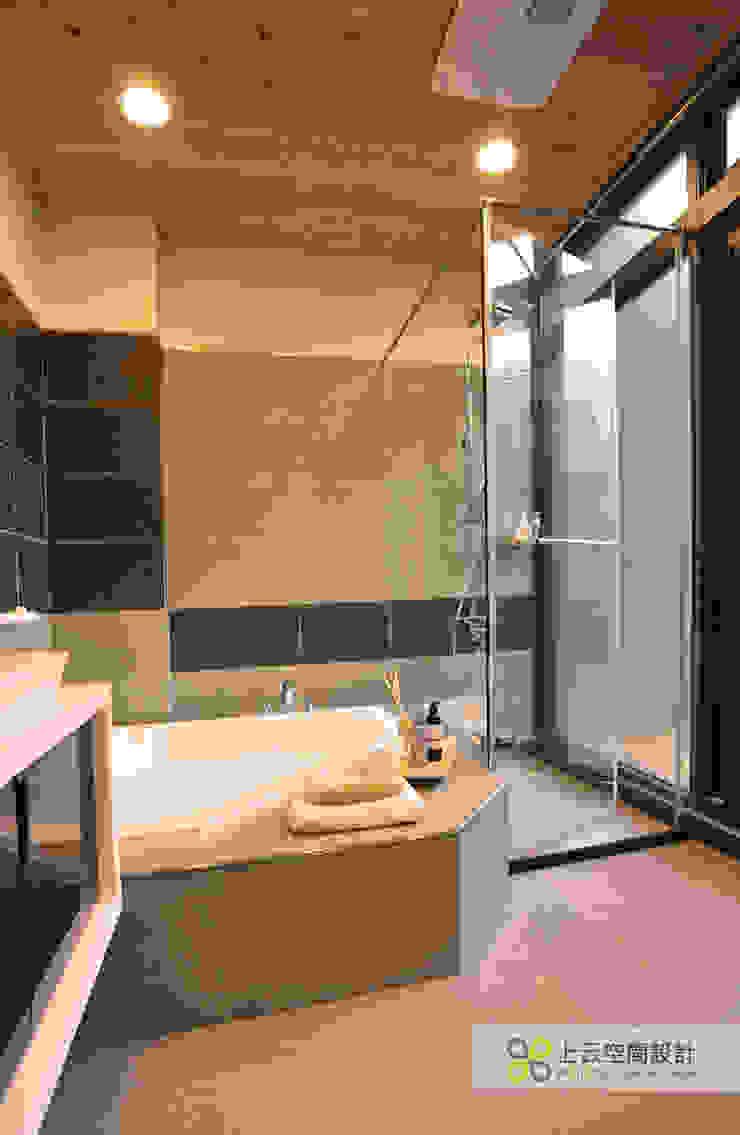 Baños de estilo escandinavo de 上云空間設計 Escandinavo