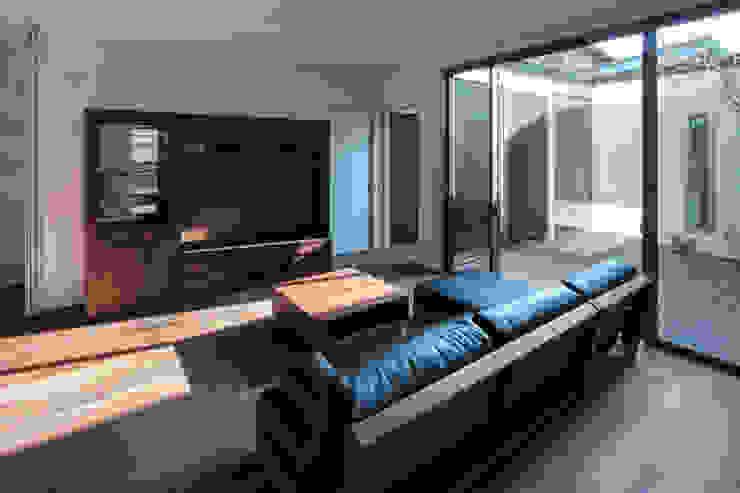 Livings de estilo moderno de 有限会社アルキプラス建築事務所 Moderno
