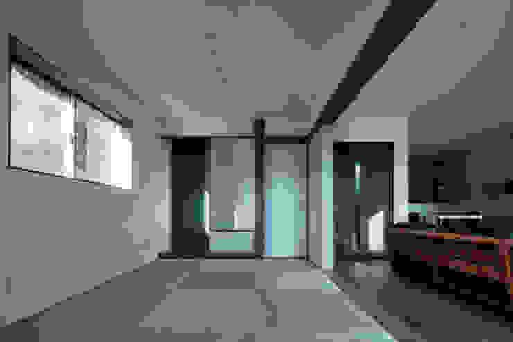 Salas multimedia de estilo moderno de 有限会社アルキプラス建築事務所 Moderno Madera maciza Multicolor