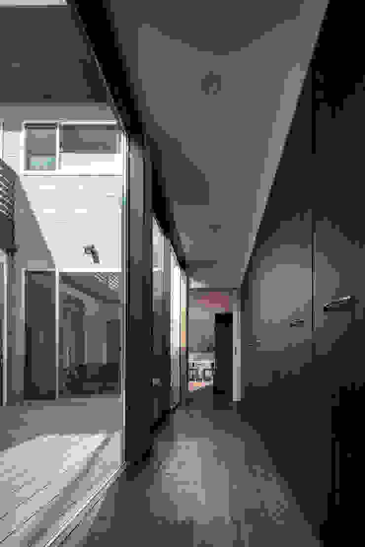Pasillos, vestíbulos y escaleras modernos de 有限会社アルキプラス建築事務所 Moderno Madera Acabado en madera