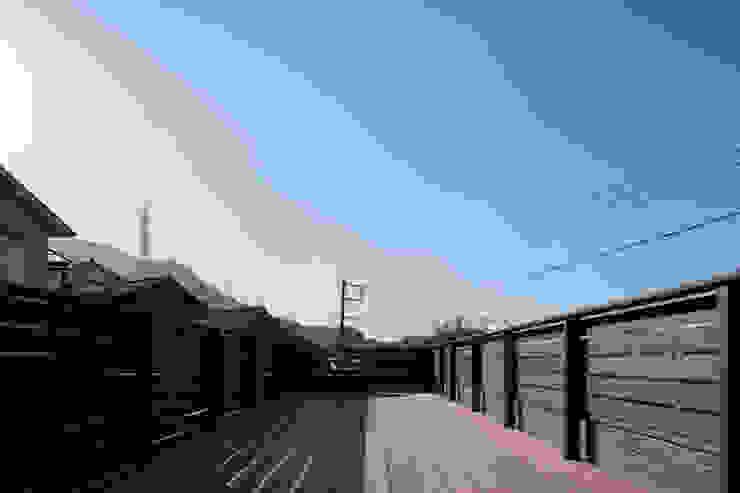 Balcones y terrazas modernos de 有限会社アルキプラス建築事務所 Moderno Madera Acabado en madera