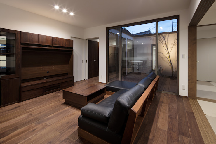 Livings de estilo moderno de 有限会社アルキプラス建築事務所 Moderno Madera Acabado en madera