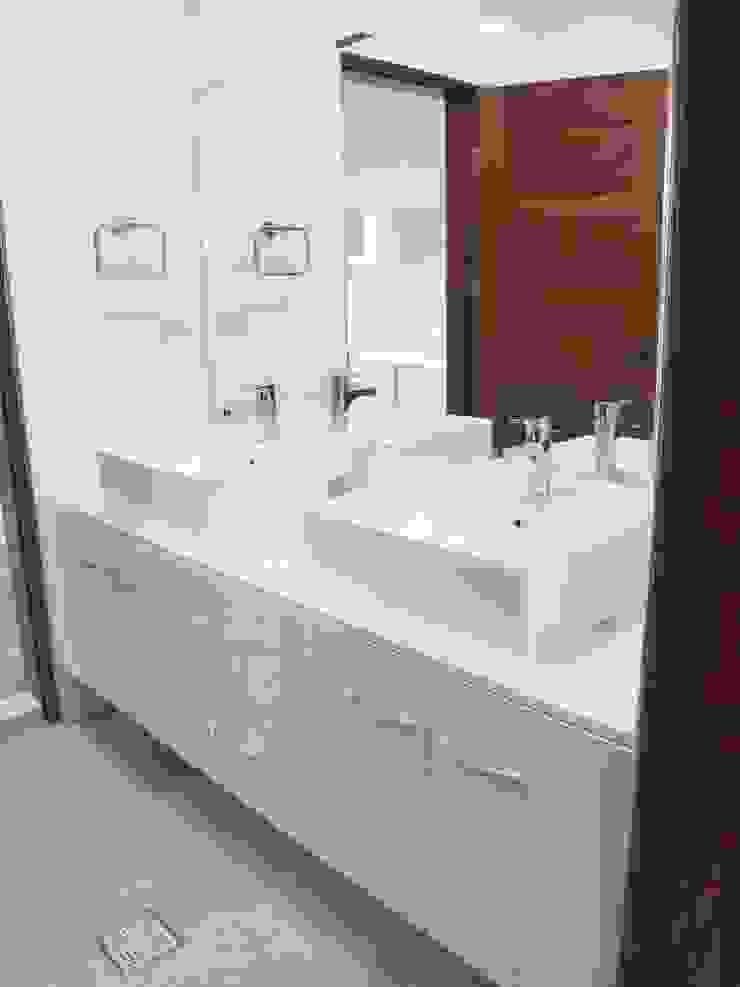 台南(陳公館)新建住宅 現代浴室設計點子、靈感&圖片 根據 三月室內裝修設計有限公司 現代風