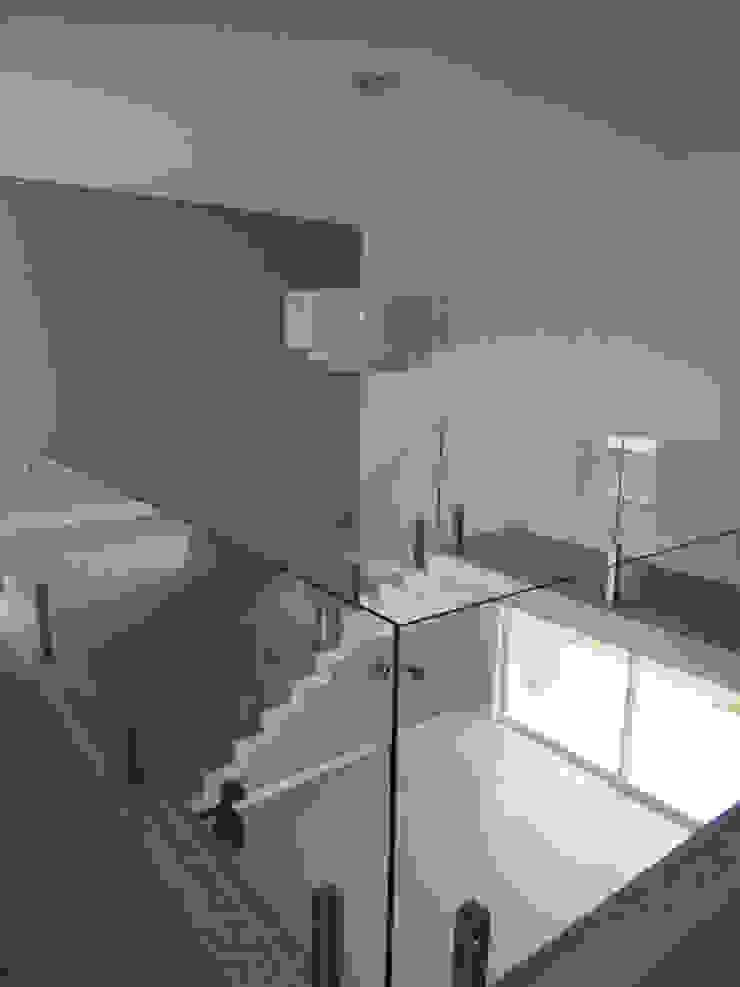 Habitat arquitetura Modern corridor, hallway & stairs Glass Grey
