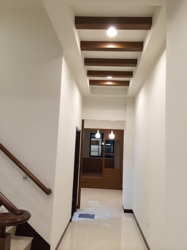Modern Corridor, Hallway and Staircase by 勝暉建築工程行 Modern