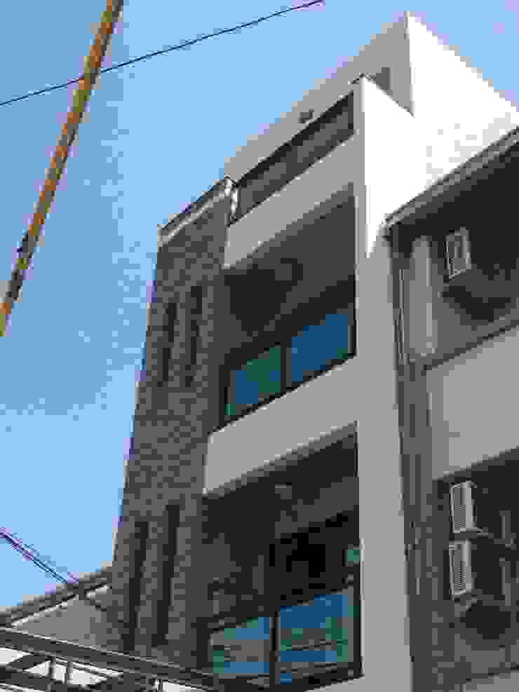 自地自建 現代房屋設計點子、靈感 & 圖片 根據 勝暉建築工程行 現代風