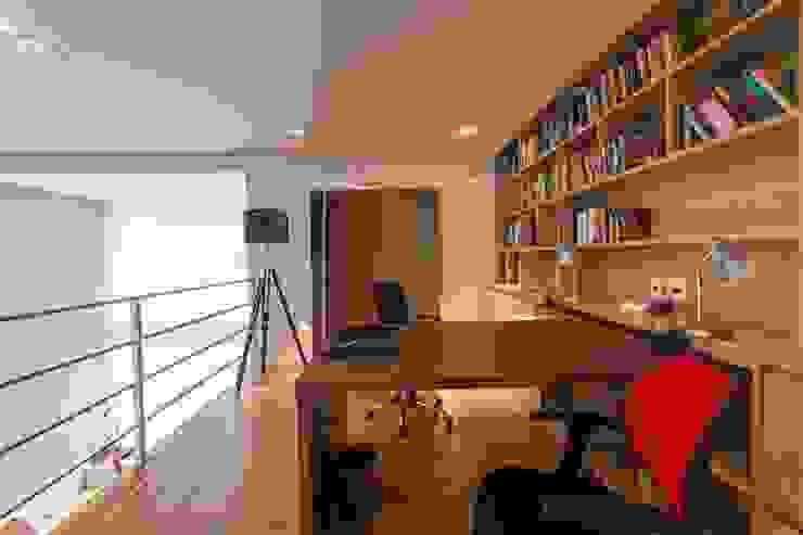 Study/office by Camila Giongo Arquitetas Associadas - Decoração de Interiores ME, Modern Wood Wood effect