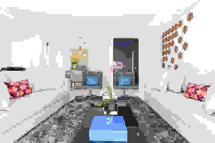 Camila Giongo Arquitetas Associadas - Decoração de Interiores ME Modern living room Ceramic White