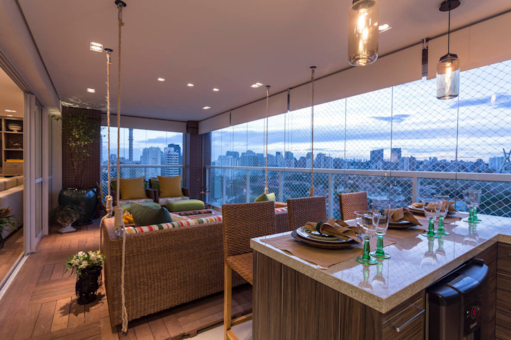 Camila Giongo Arquitetas Associadas - Decoração de Interiores ME Tropical style balcony, veranda & terrace Wood Multicolored