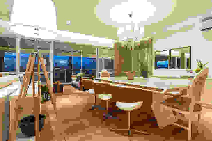 Camila Giongo Arquitetas Associadas - Decoração de Interiores ME Classic style dining room Wood Beige