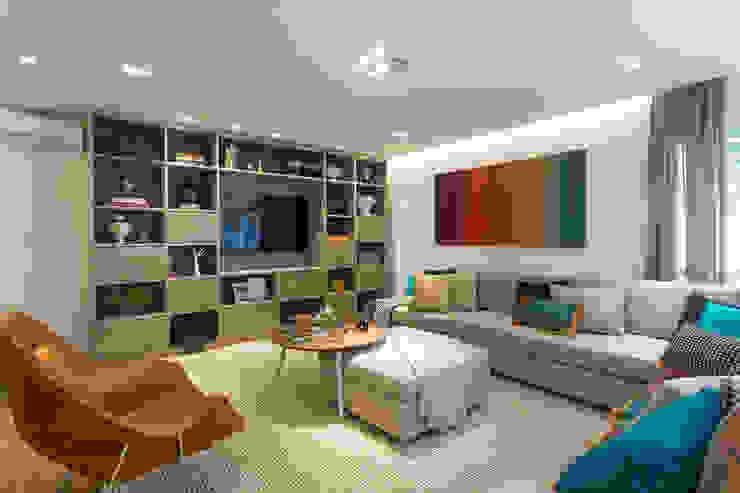 Camila Giongo Arquitetas Associadas - Decoração de Interiores ME Modern living room Wood Beige