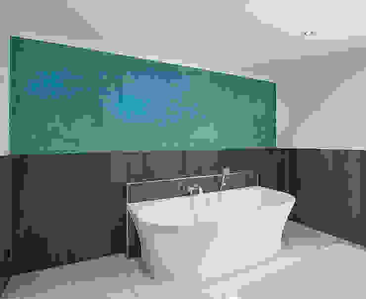 Baños modernos de FARBCOMPANY Moderno