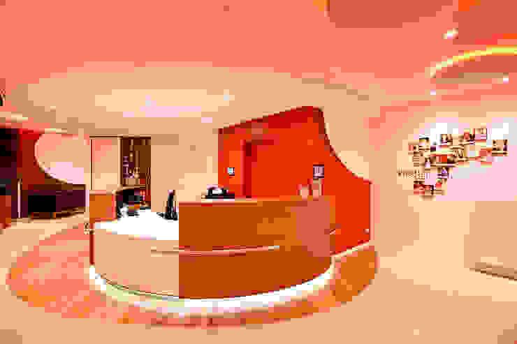Ruang Studi/Kantor Gaya Eklektik Oleh FARBCOMPANY Eklektik
