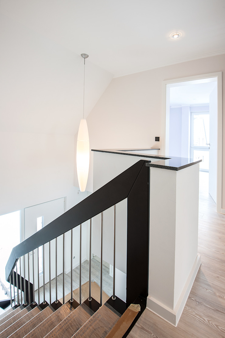 FARBCOMPANY Classic style corridor, hallway and stairs White