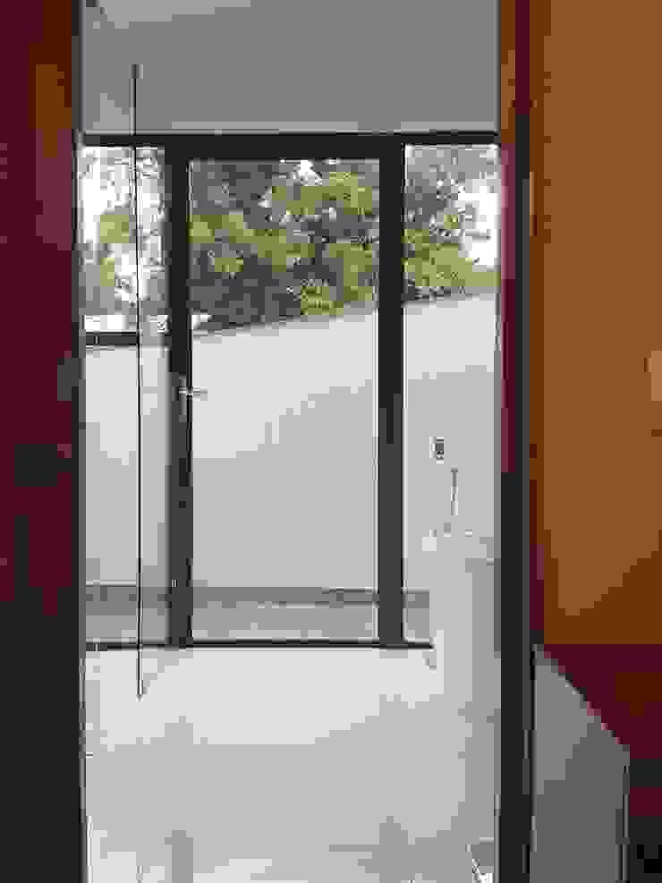 main bathroom with balcony Modern bathroom by Human Voice Architects Modern