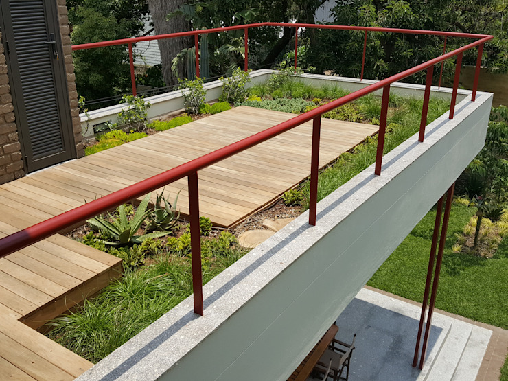 roof garden with timber deck Modern style balcony, porch & terrace by Human Voice Architects Modern