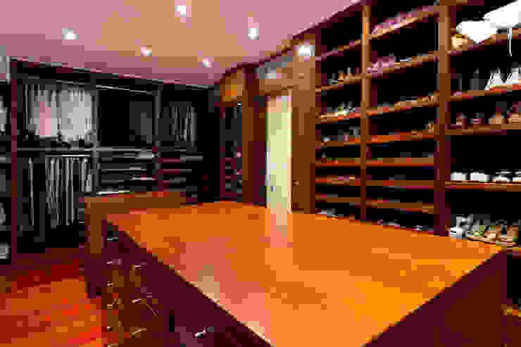 Casa 906 Closets de estilo moderno de Objetos DAC Moderno Madera Acabado en madera