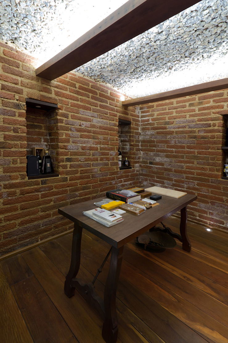 Casa 906 Bodegas de vino de estilo moderno de Objetos DAC Moderno Ladrillos
