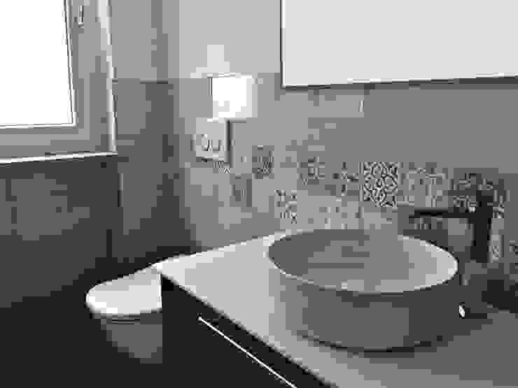 現代浴室設計點子、靈感&圖片 根據 Aulaquattro 現代風 磁磚