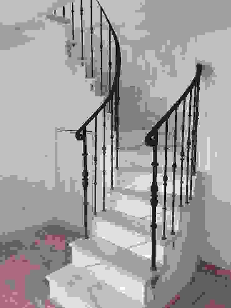 Increible trabajo de cerrajeria Grupo Procelco, s.l. Pasillos, vestíbulos y escaleras de estilo moderno