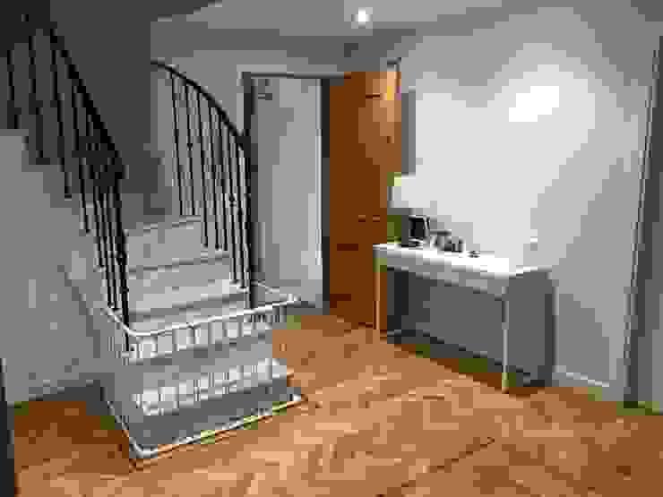 Resultado final Grupo Procelco, s.l. Pasillos, vestíbulos y escaleras de estilo moderno