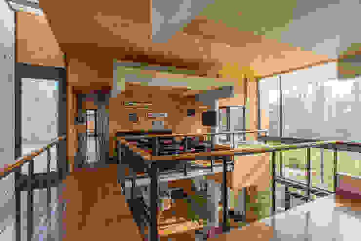 Paredes y pisos modernos de GITC Moderno