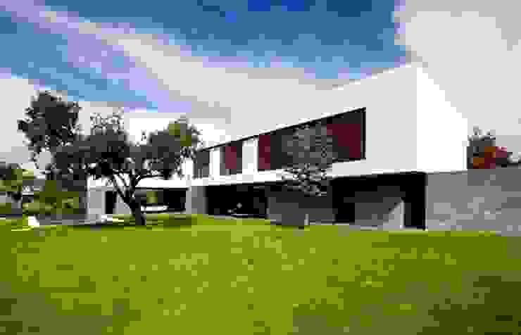 Fachada a Jardin Grupo Procelco, s.l. Casas de estilo moderno